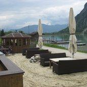 Eine Beach-Bar wartet im Sommer direkt am See