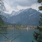 Ein Blick auf die gegenüberliegende Seite des Sees